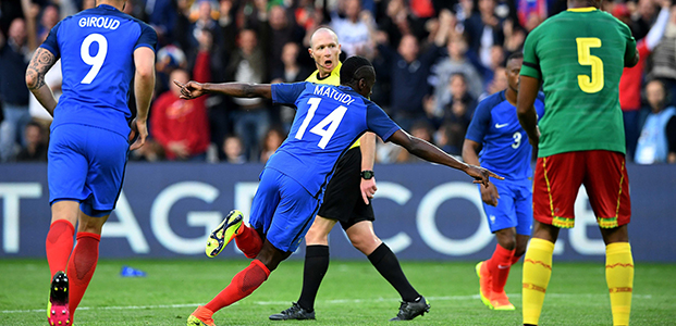 France's midfielder Blaise Matuidi (C) celebrates after scoring during International friendly football match between France and Cameroon at the Beaujoire stadium, in Nantes, western France, on May 30, 2016 as part of the French team's preparation for the upcoming Euro 2016 European football championships. / AFP PHOTO / FRANCK FIFE