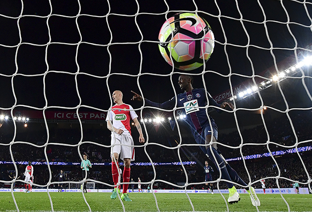 Paris Saint-Germain's French midfielder Blaise Matuidi (R) scores a goal in front Monaco's Italian goalkeeper Morgan De Sanctis during the French Cup semi-final match between Paris Saint-Germain and Monaco at the Parc des Princes stadium in Paris on April 26, 2017. Paris Saint-Germain won 5-0.  / AFP PHOTO / FRANCK FIFE